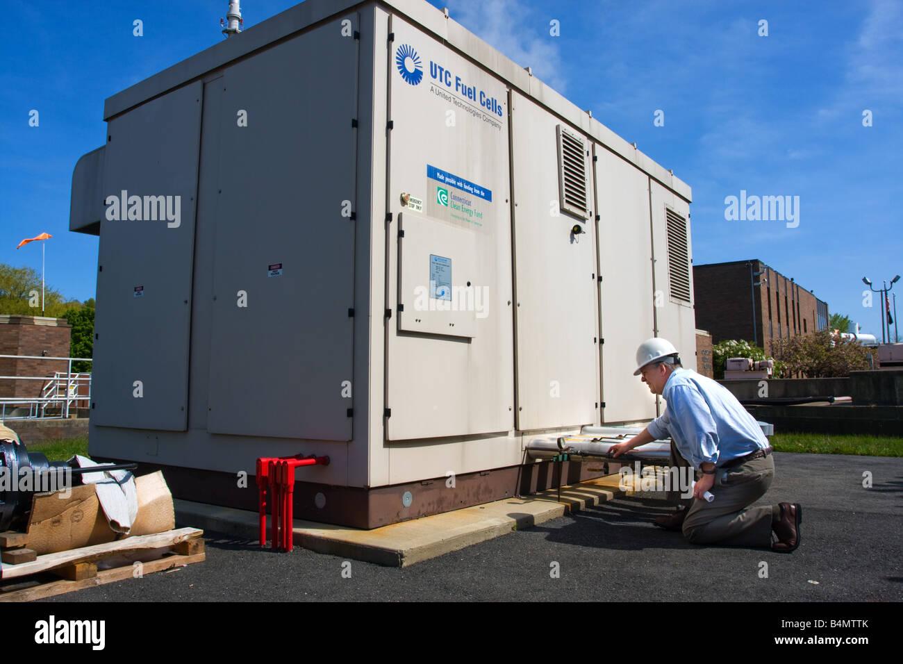 Un ingeniero mira a través de una celda de combustible generador de energía en Connecticut, EE.UU. Imagen De Stock