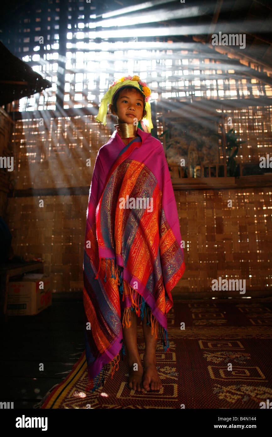 Retrato de una niña Longneck con vestimenta tradicional aproximadamente 300 refugiados birmanos en Tailandia Imagen De Stock