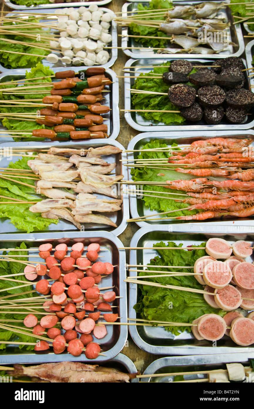 La provincia de Yunnan, China, Lijiang, Old Town, aperitivos a la parrilla exterior stand Imagen De Stock