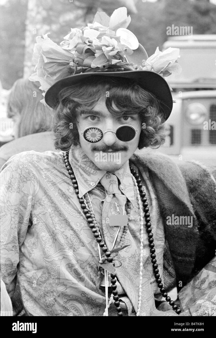 eaa01ea80590 Flower Power festival en Woburn Abbey de agosto de 1967 un hombre vestido  con hippy un