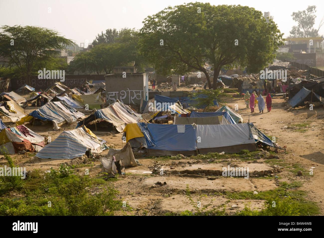 Las personas que viven en barrios de tugurios - tented aldea en los suburbios de Nueva Delhi, India, Asia Imagen De Stock