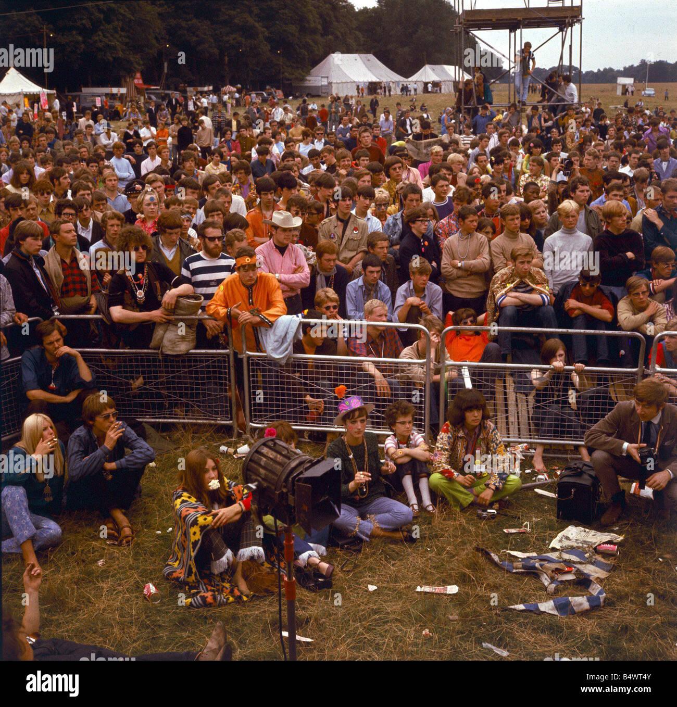 cc1326eac8cd 1960 La moda 1960 ropa hippies en Flower Festival de la flor de niños en  Woburn