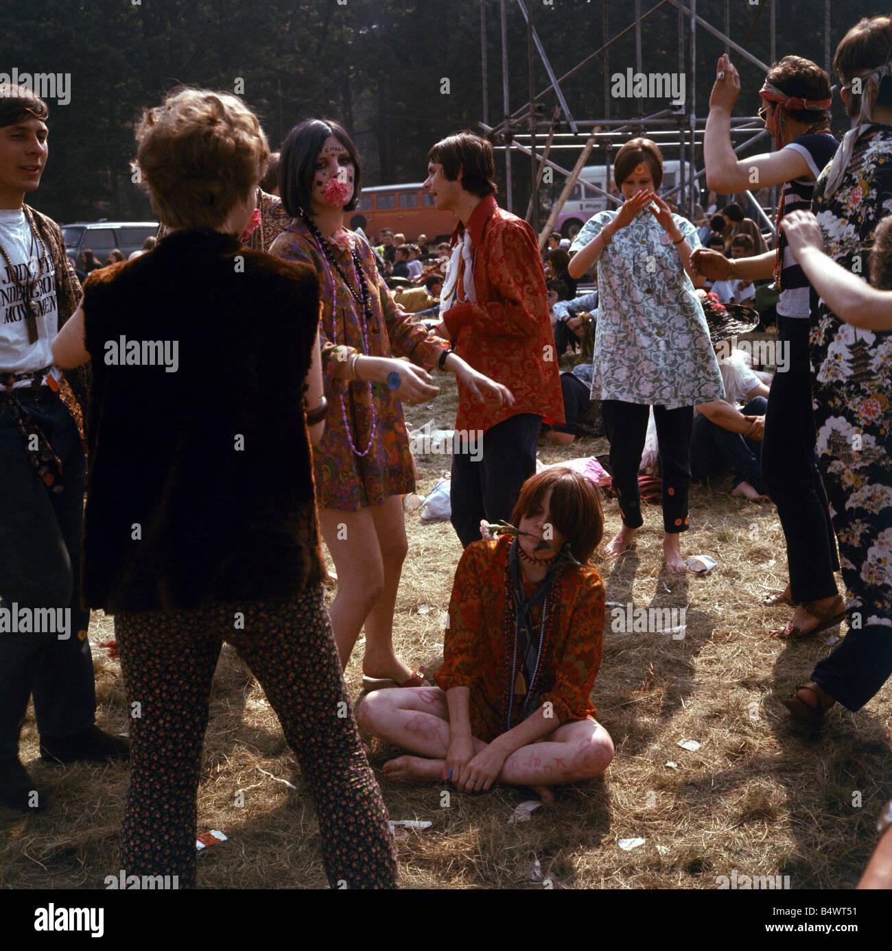 30933e688160 1960 La moda 1960 ropa hippies en el festival de las flores con la  escritura todo