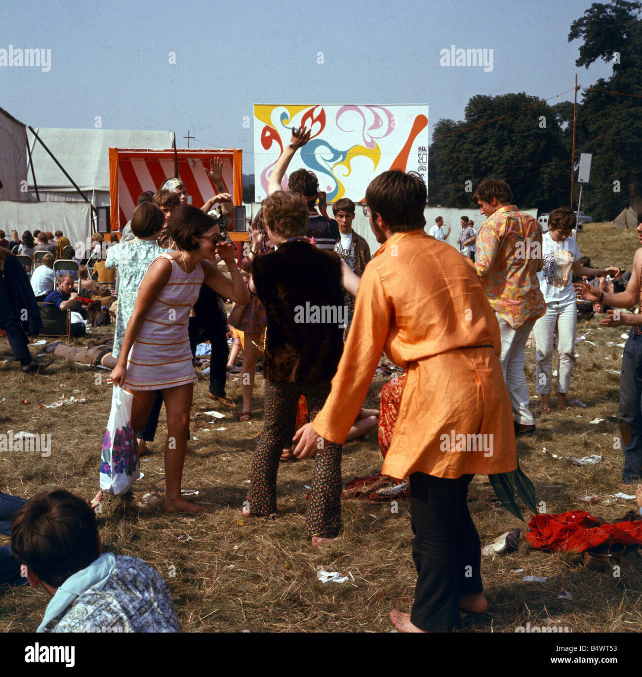 037299a30901 1960 La moda 1960 ropa hippies en el Festival de la flor de niños en Woburn