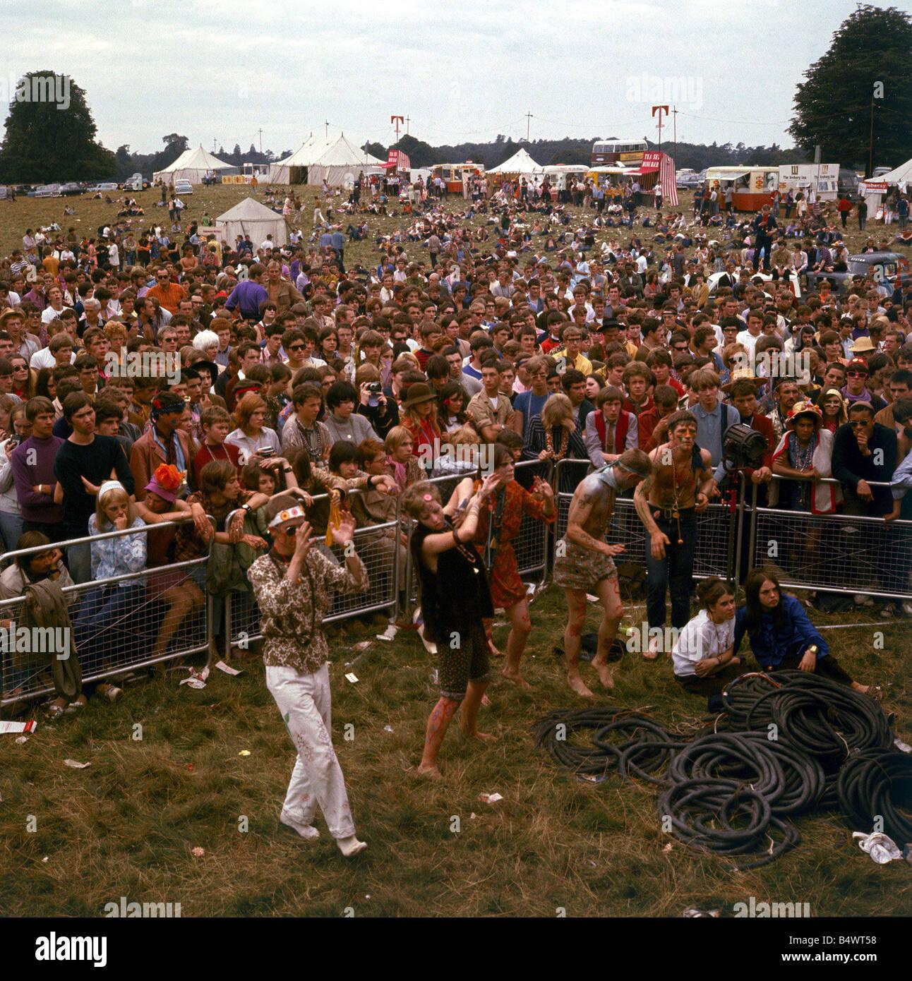 e8563ca06141 1960 ropa de moda 1960 Festival de la flor de niños en Woburn Abbey Hippies  bailando