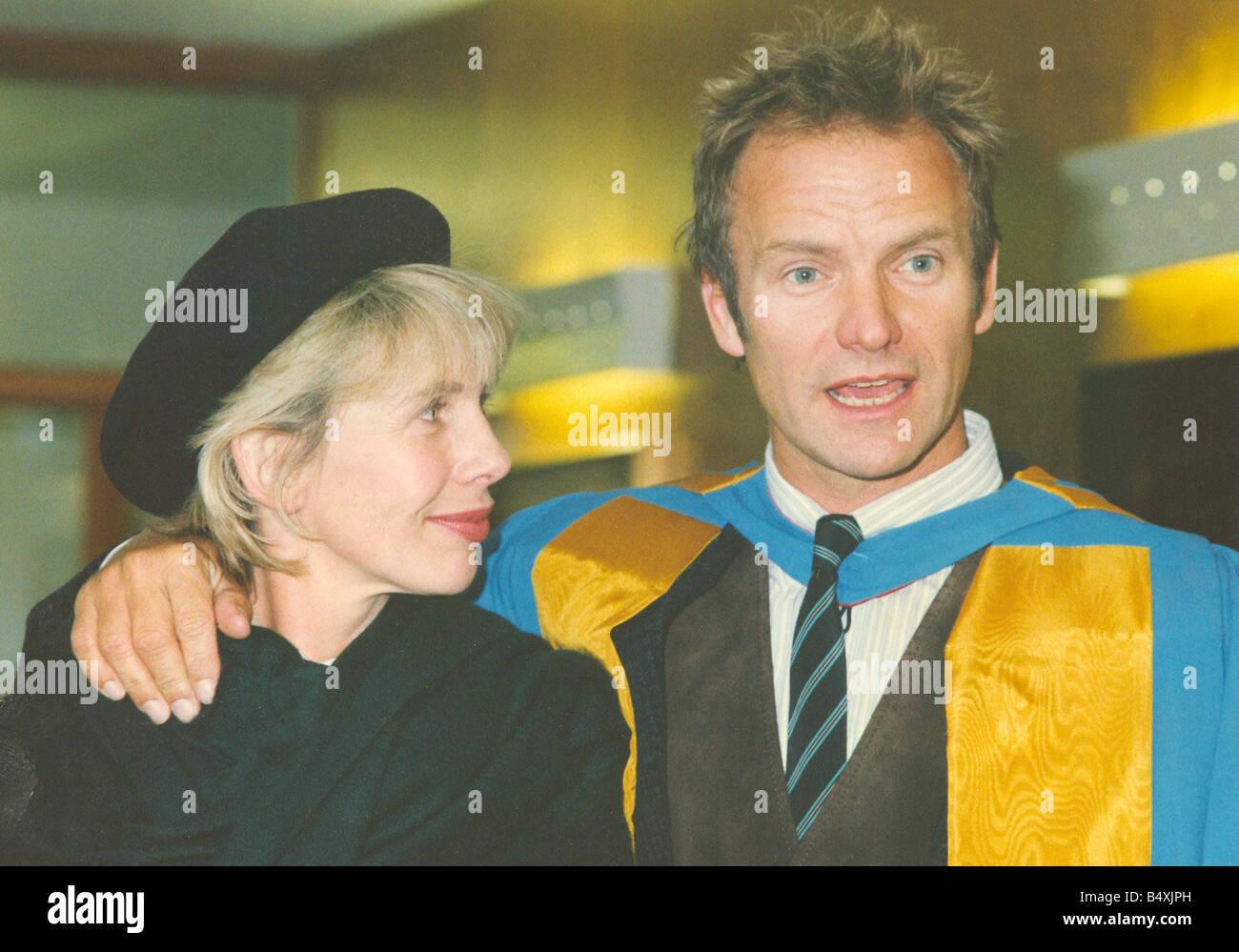 Lib cantautor Sting recibiendo su Doctorado Honorario de Música de la Universidad de Northumbria, por su contribución a las artes y su influencia en la ecología planetaria fotografiado con su esposa Trudie Styler, 13 de noviembre de 1992 Foto de stock