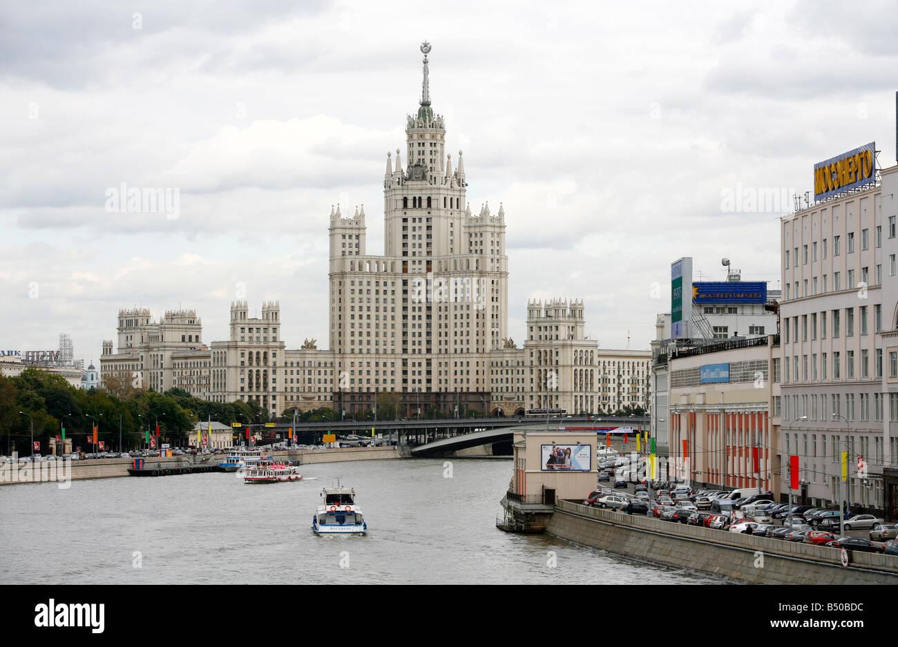 El edificio era de Stalin en Kotelnicheskaya embankment uno de las siete hermanas que son siete rascacielos estalinistas Moscú Rusia Foto de stock