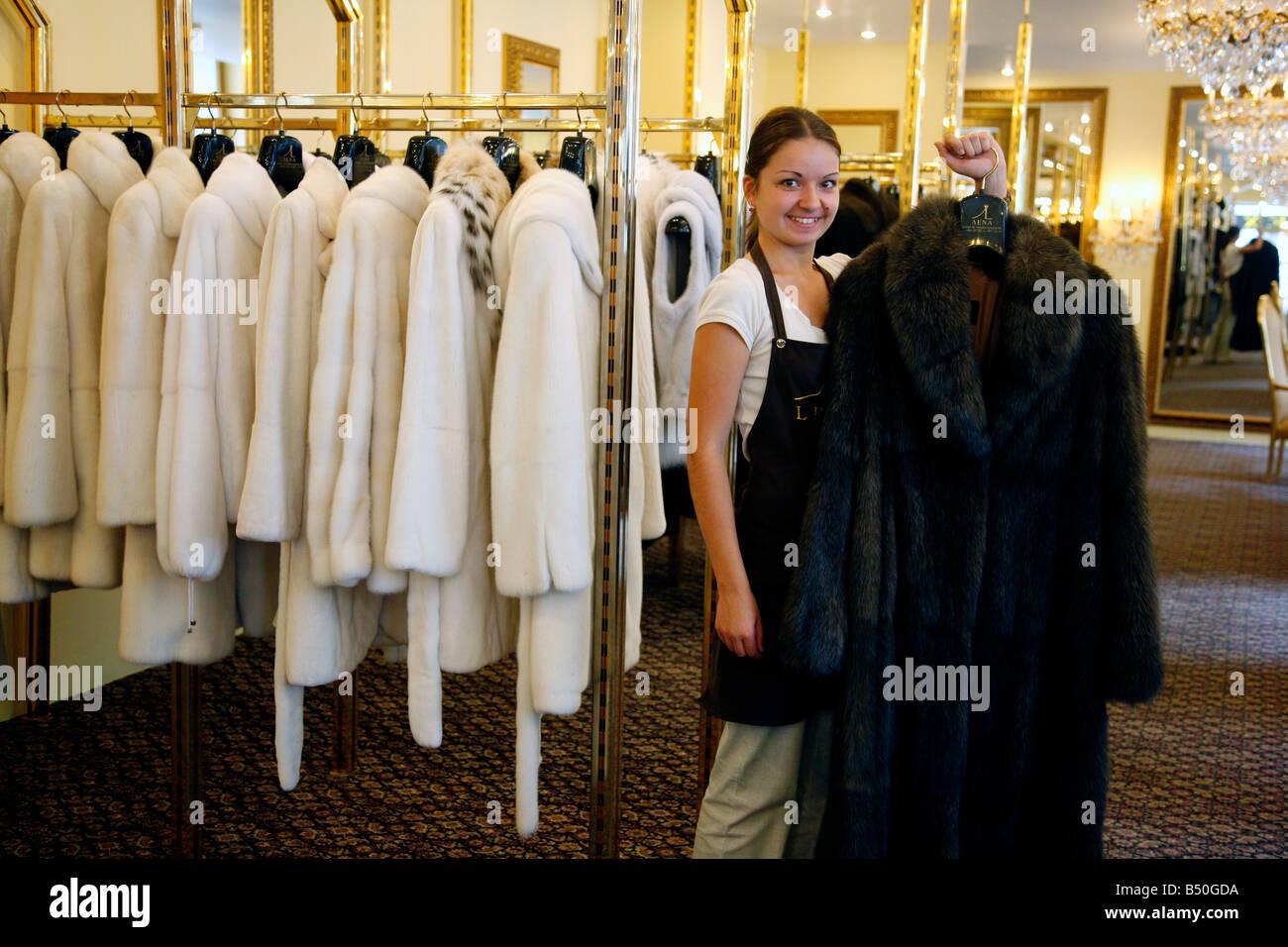 Ago 2008 - Mujer sosteniendo un sable abrigo de pieles que costó 300 000 euros en el exclusivo boutique Lena Imagen De Stock