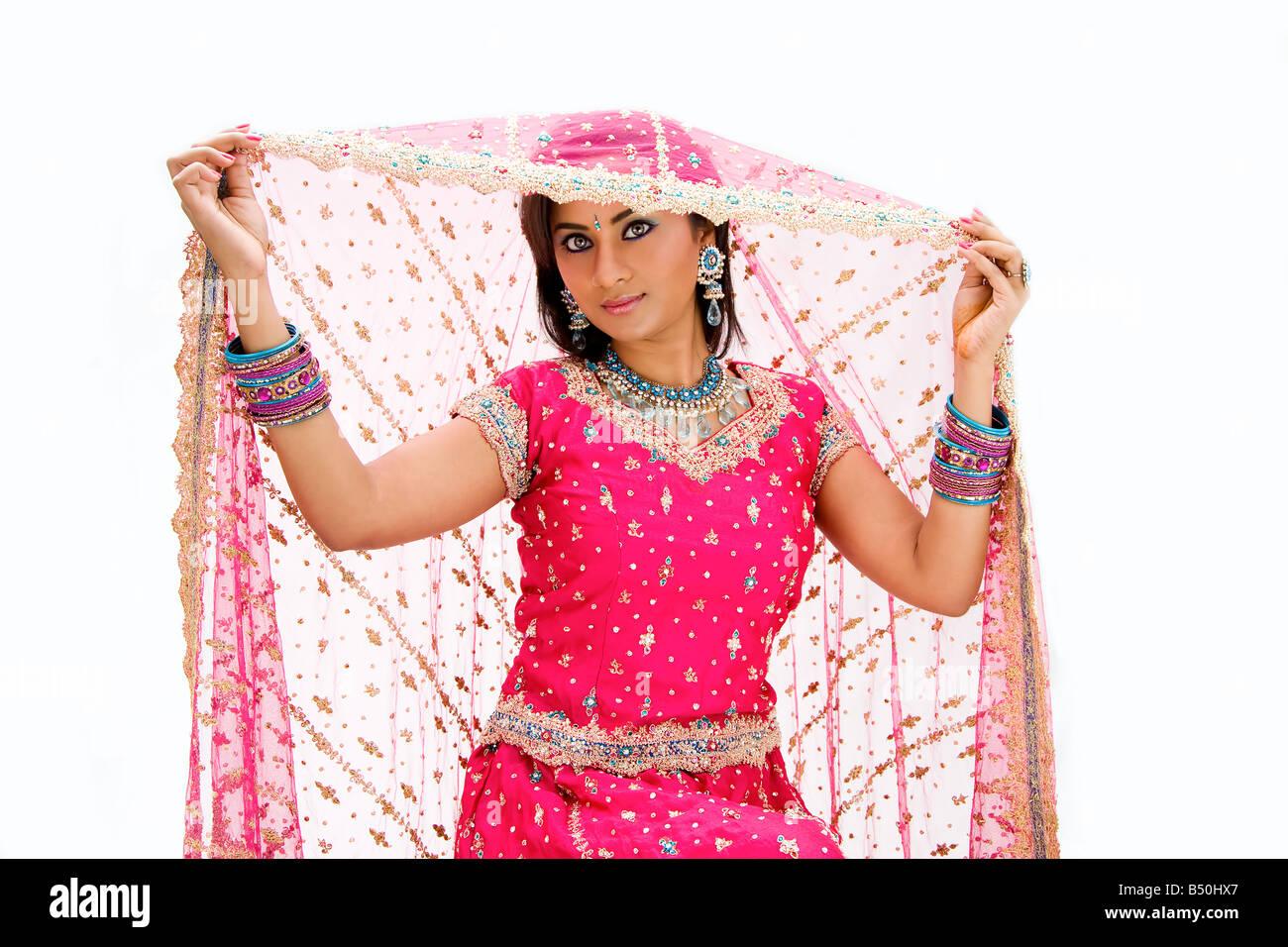 Hermoso vestido de novia Bangali en coloridos y levantar su velo ...