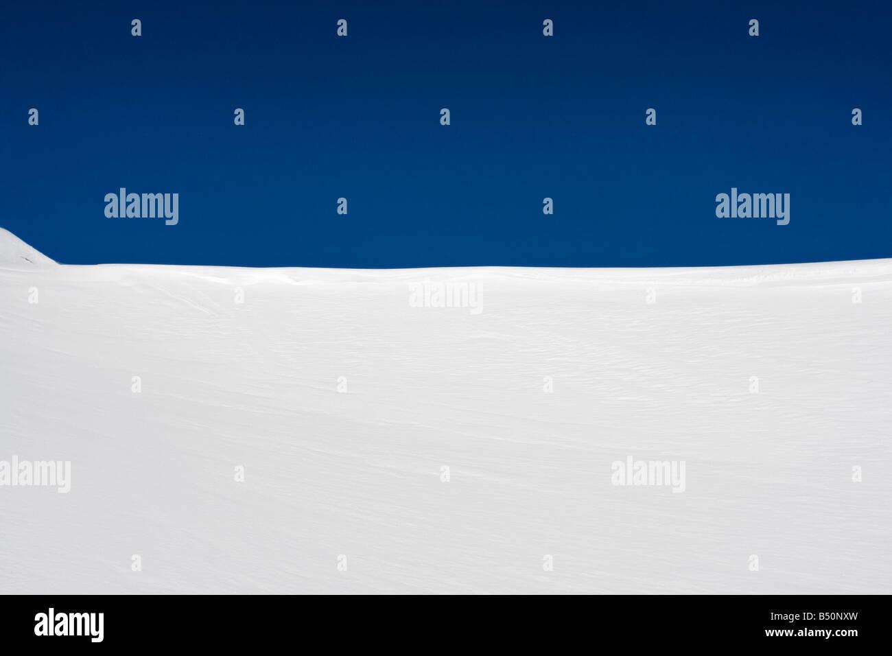 Ángulo de visión baja de una colina cubierta de nieve Suiza Foto de stock