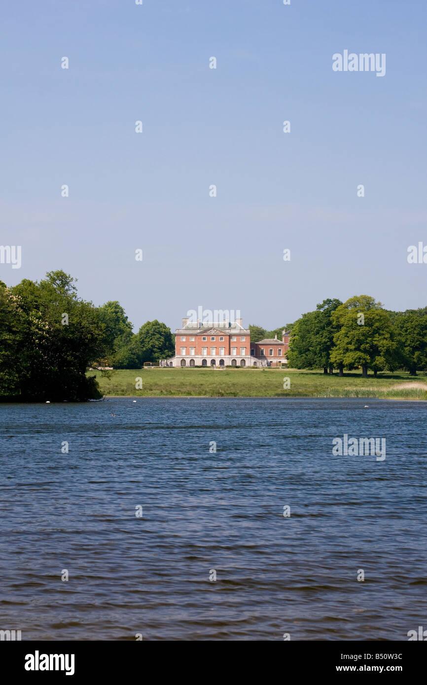 Wolterton Hall desde el lago, cerca de Aylsham, Norfolk, Inglaterra Imagen De Stock