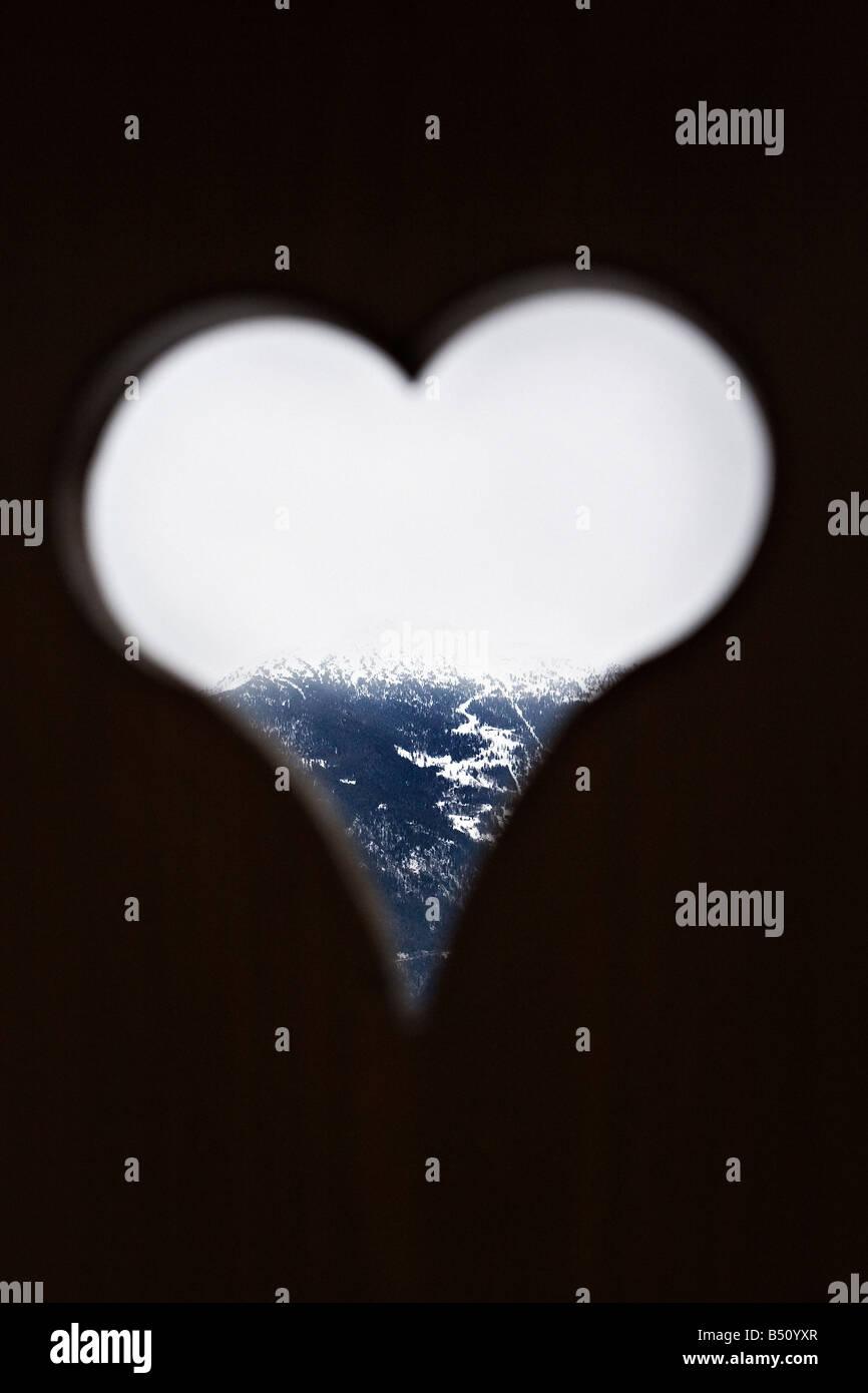Viendo a través de una montaña con forma de corazón windowan Alpes Suiza Imagen De Stock