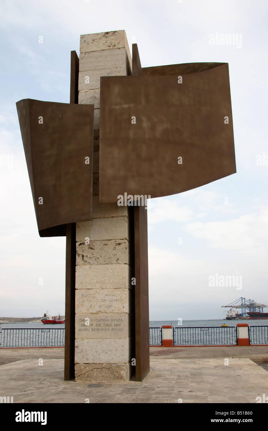 """""""El Fin de la guerra fría"""", monumento de Birzebbuga, Malta. Imagen De Stock"""