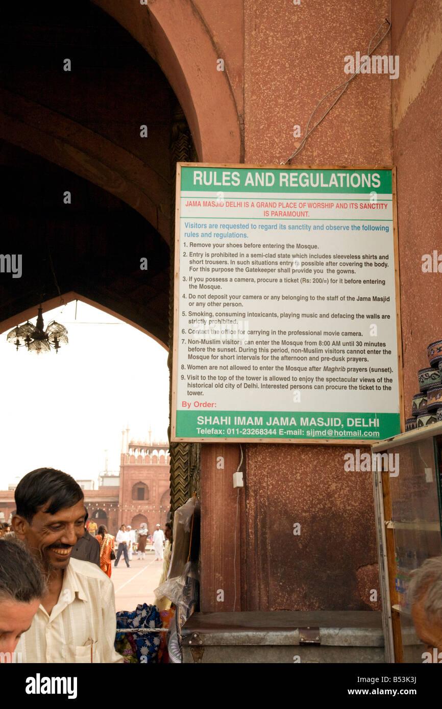 Las reglas de entrada en la entrada a la mezquita de Jama, Vieja Delhi, India Foto de stock