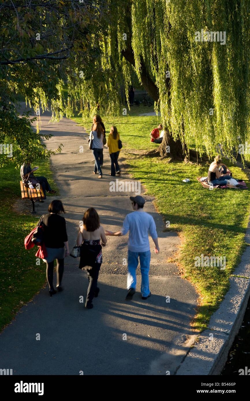 Agradable día de otoño en Boston Common Boston Massachusetts Foto de stock