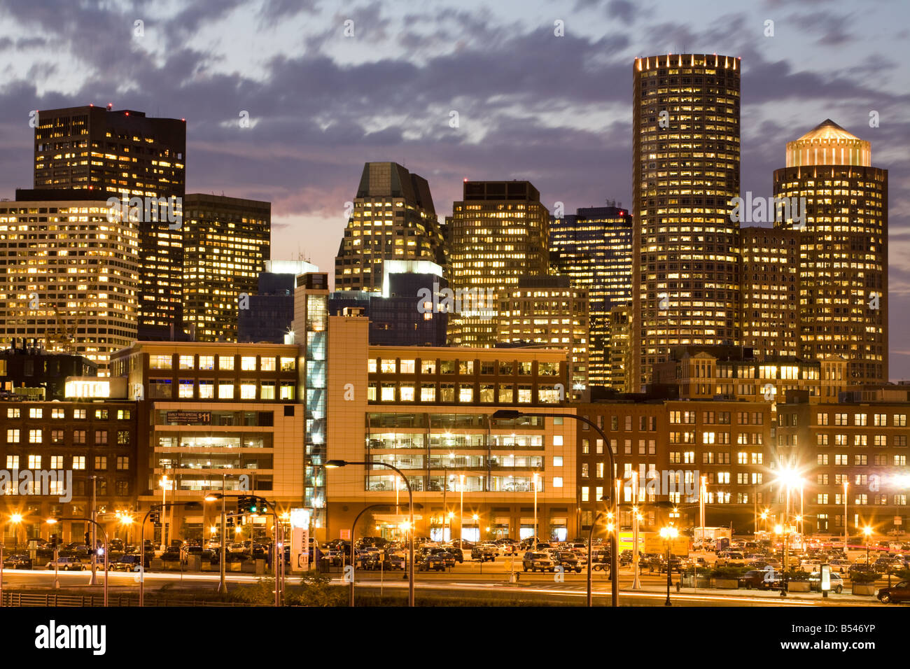 Anochecer skyline del distrito financiero de Boston Massachusetts Foto de stock