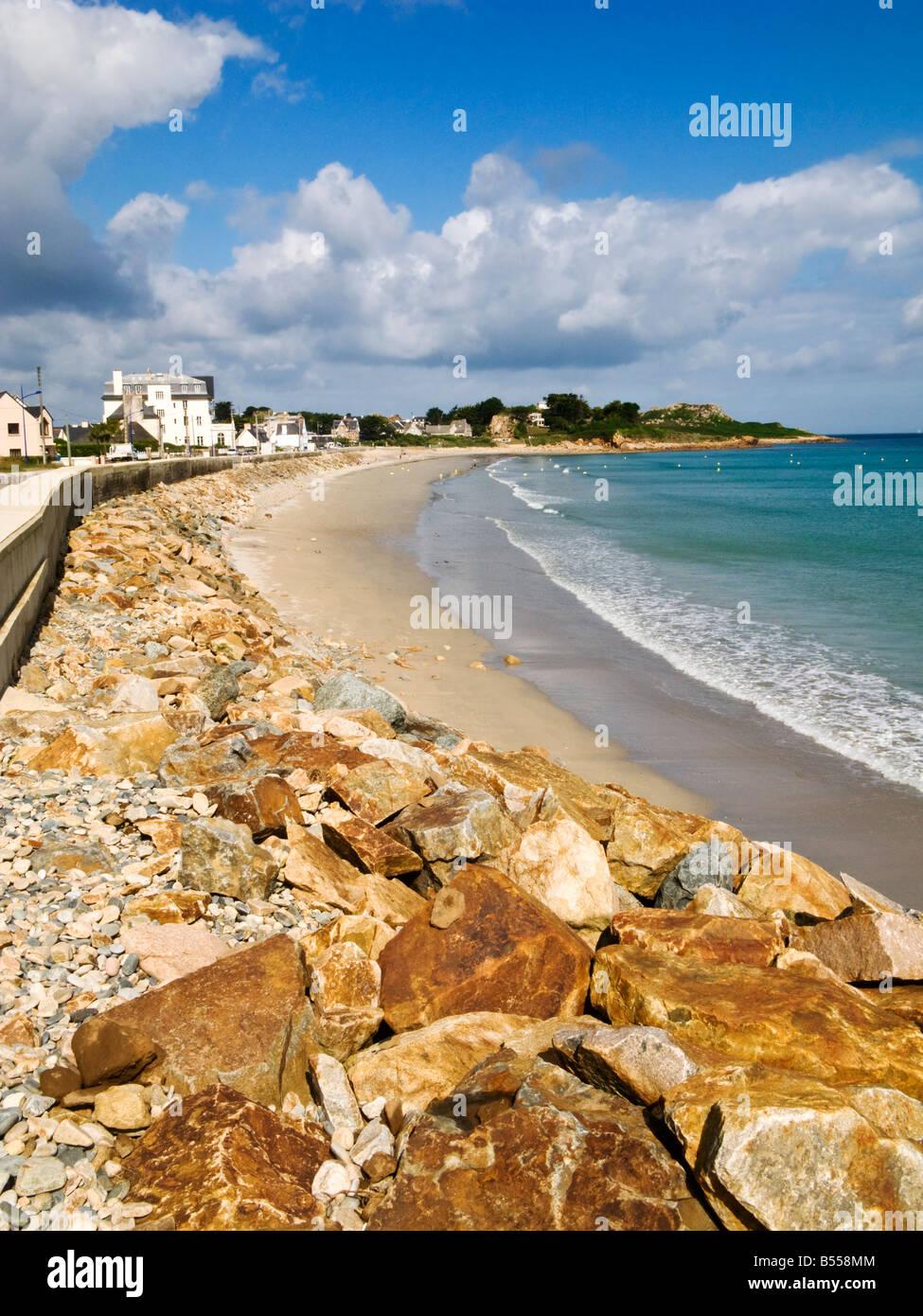 La larga playa de arena dorada en Primel Tregastel en la costa norte de Finisterre, Bretaña, Francia, Europa Foto de stock