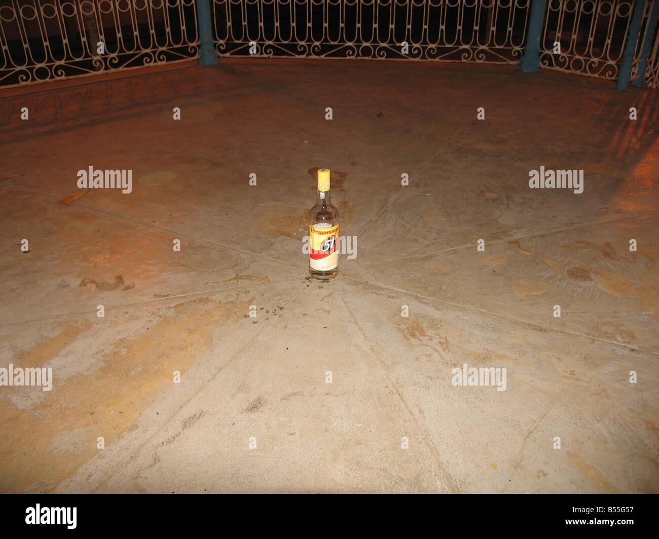 Aguardiente de caña de azúcar en el vaso de un quiosco (garrafa de cachaça 51 ningún centro de um coreto), Sepetiba, Rio de Janeiro, Brasil Foto de stock