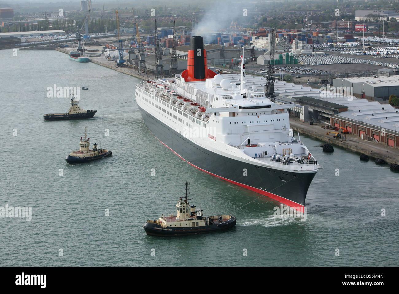 Queen Elizabeth 2 QE2 dejando el puerto de Southampton en su último world cruise antes de ser convertido en Imagen De Stock