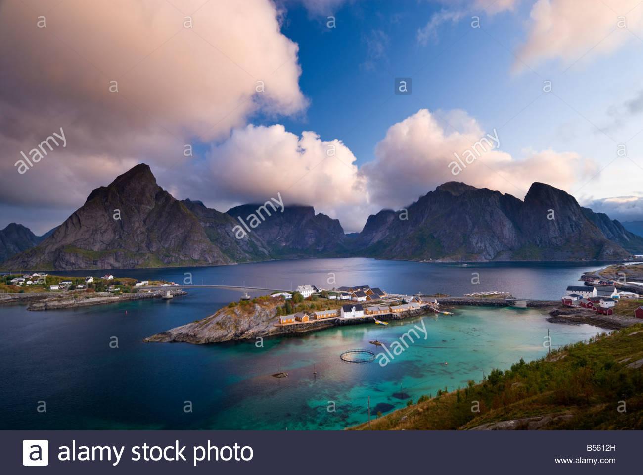 Las nubes se reúnen a lo largo de los picos por encima de los Sakrisøy, Reine, cerca de las islas Lofoten, Imagen De Stock