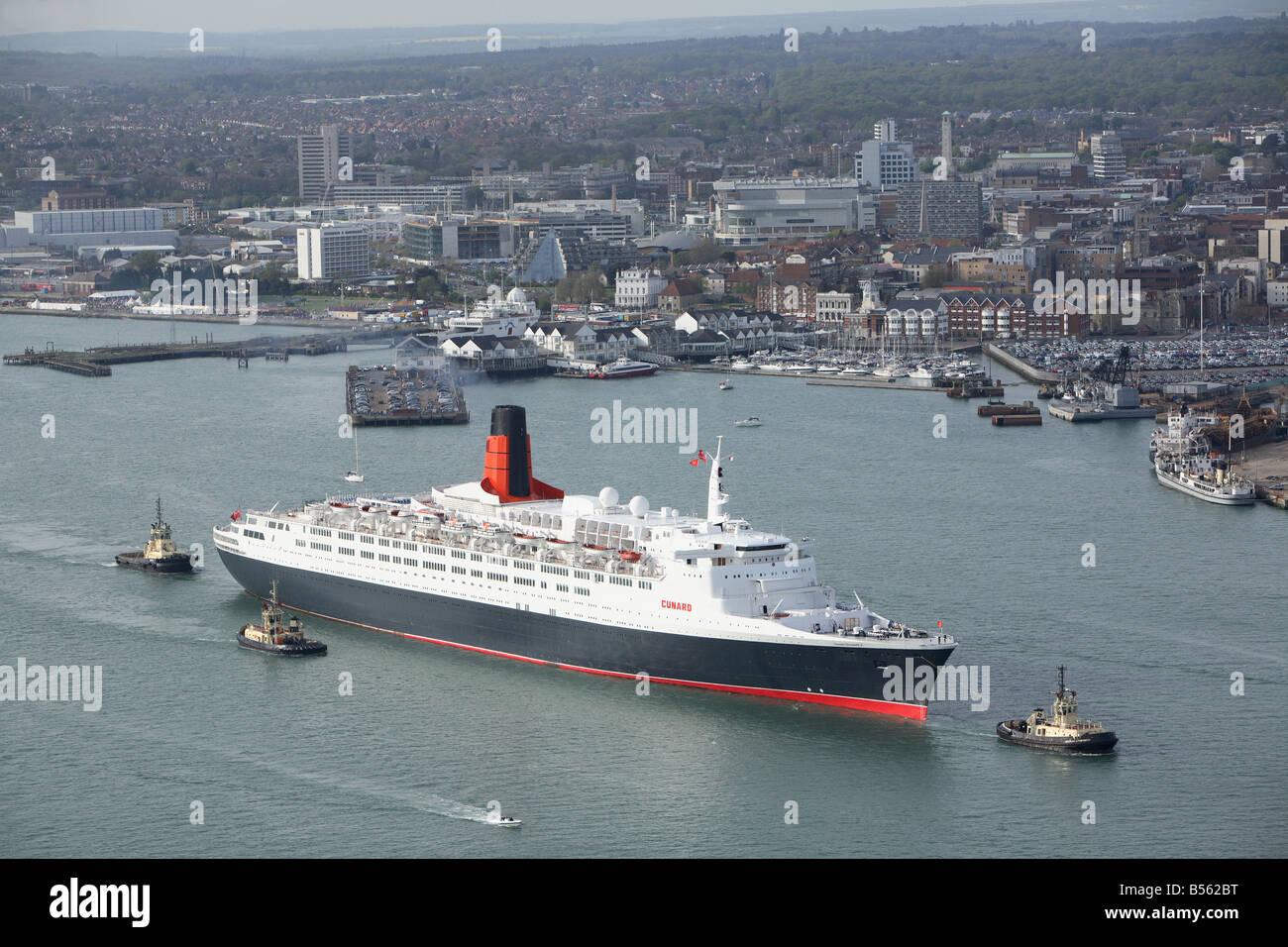 QE2, el Queen Elizabeth 2, dejando Southampton en su último world cruise antes de la jubilación. Foto Imagen De Stock