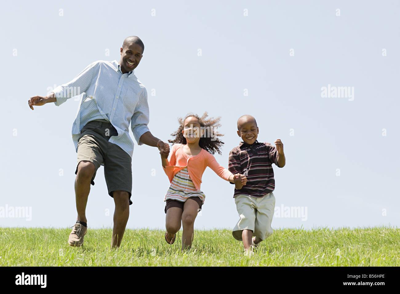 El padre y los hijos en el campo Imagen De Stock