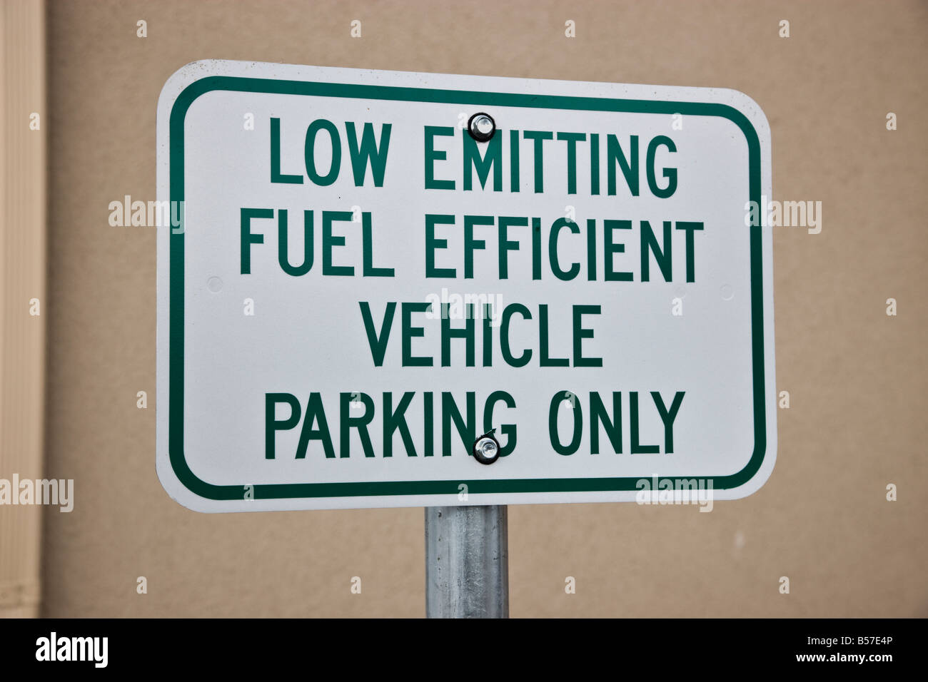 """Cartel """"baja sólo emite el estacionamiento de vehículos"""". Foto de stock"""