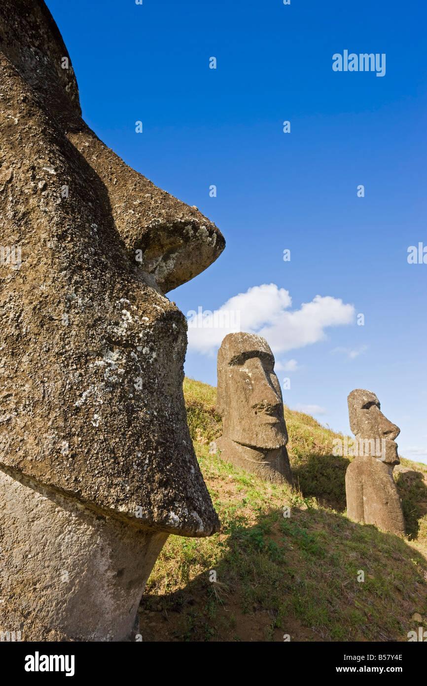 Gigantes de piedra monolítica estatuas moai en Rano Raraku, Rapa Nui (Isla de Pascua), Sitio de Patrimonio Imagen De Stock