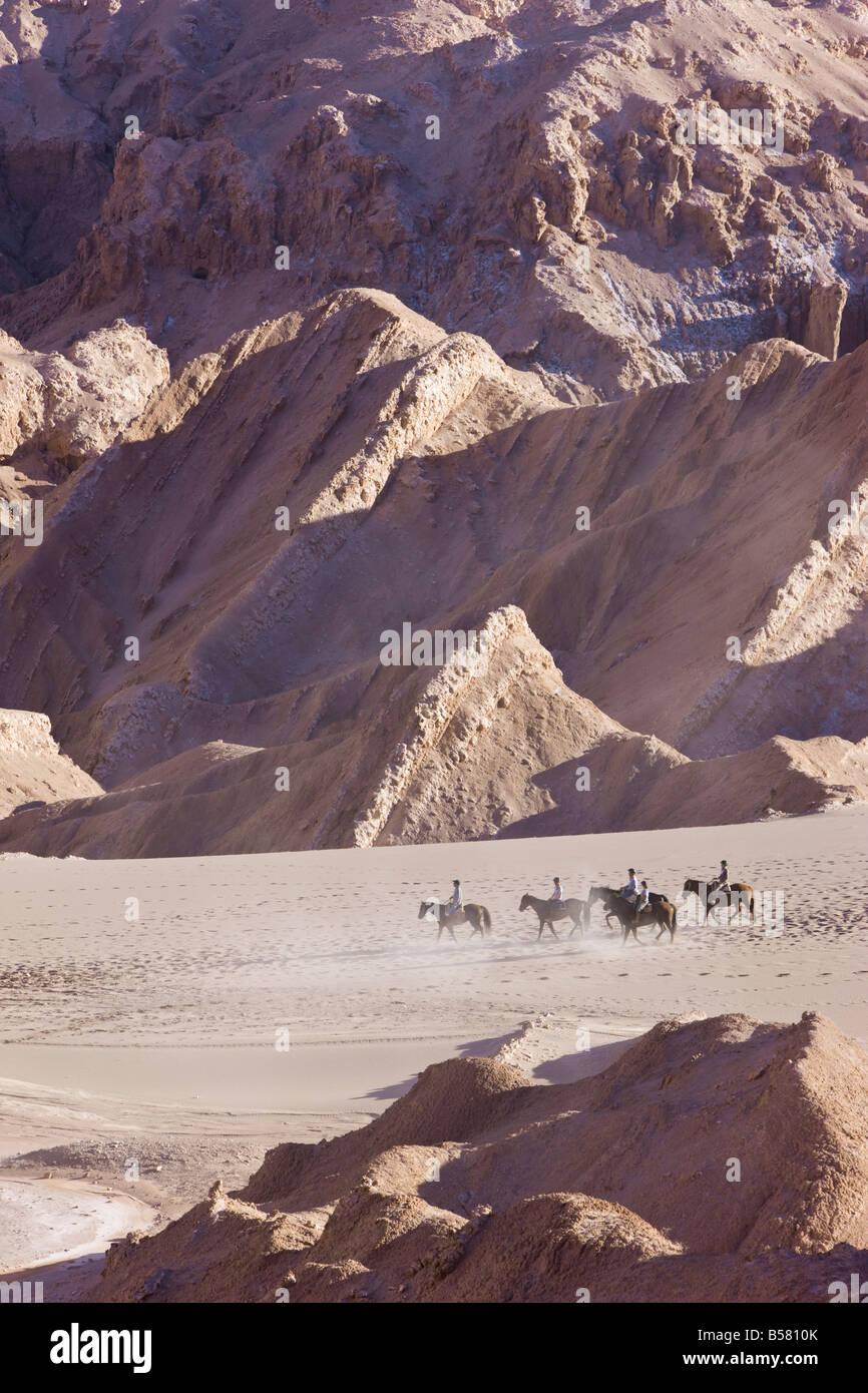 Los turistas a caballo, el Valle de la Luna (Valle de la luna), el desierto de Atacama, Norte Grande de Chile, Sudamérica Imagen De Stock
