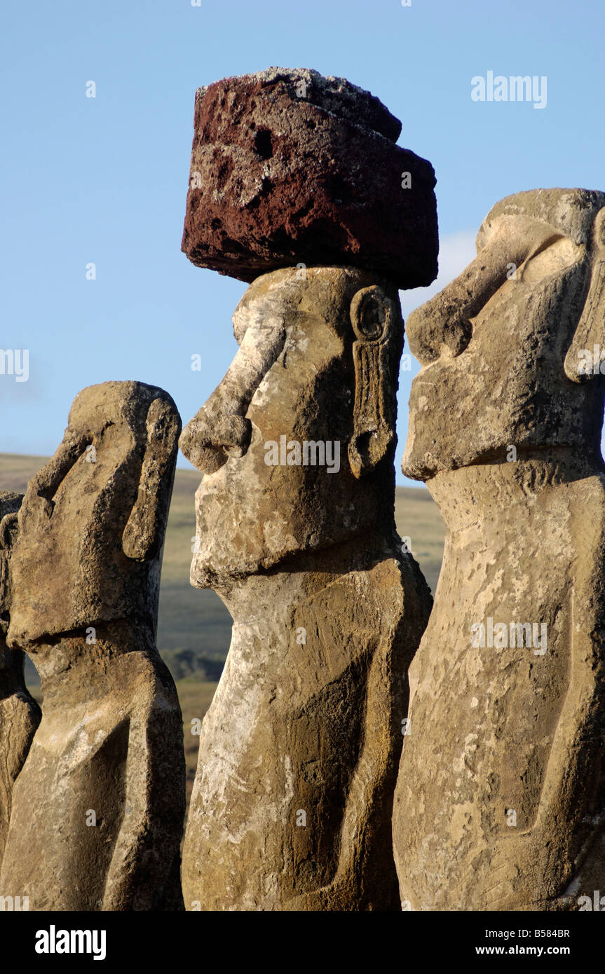 Tres de los quince enormes estatuas moai de pie con su espalda hacia el océano, Ahu Tongariki, Isla de Pascua, Imagen De Stock