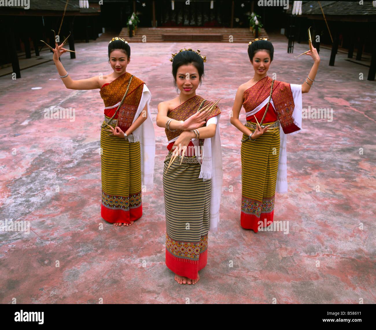 Retrato de tres mujeres en traje tradicional tailandés, Chiang Mai, Tailandia, en el sudeste de Asia, Asia Foto de stock