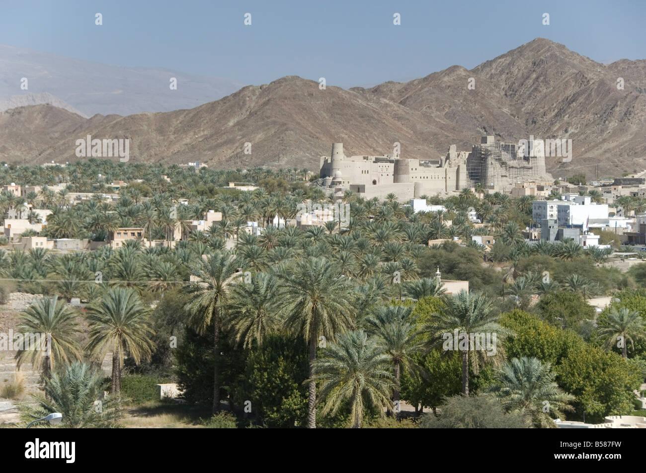 Fort en palmery en el borde de la moderna ciudad oasis, Bahla, Omán, Oriente Medio Imagen De Stock
