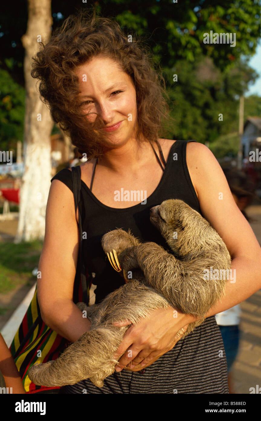 Señora abraza tres vetado sloth Alter do Chao zona amazónica Brasil América del Sur Foto de stock