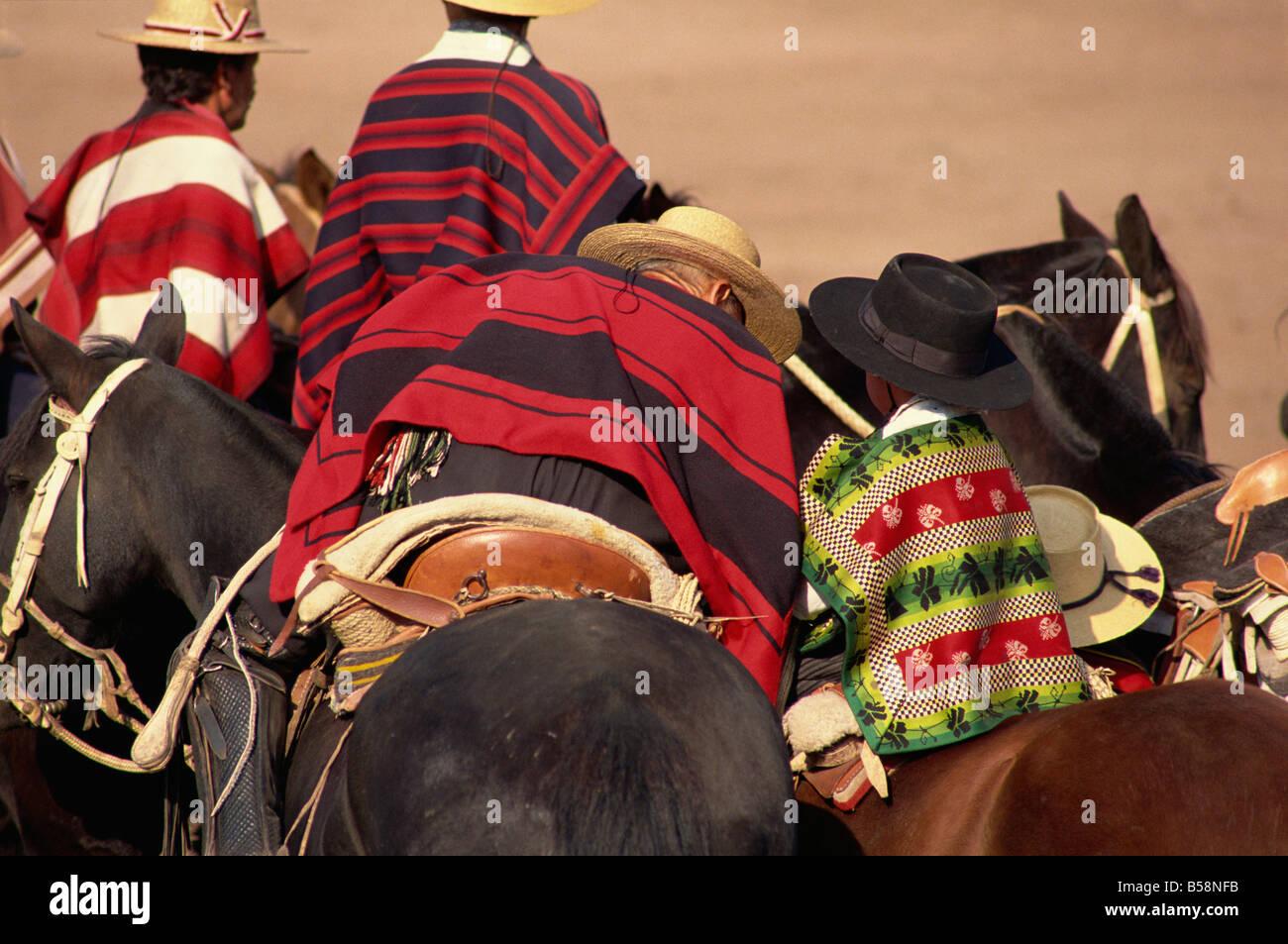 Corredores a la fiesta de Cuasimodo, un tradicional festival de una semana después de la Pascua, La Barnechea, Imagen De Stock