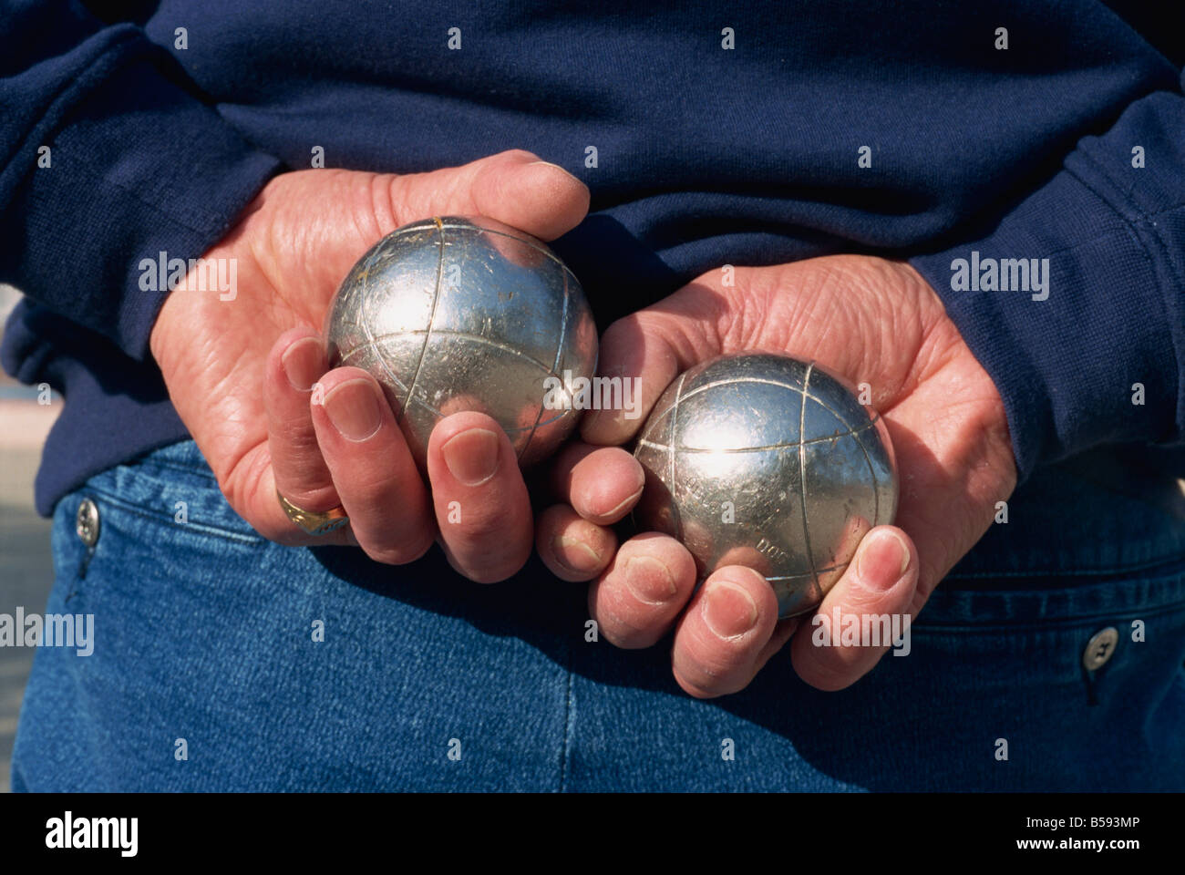 aa7d3157b7fdb Cerca de manos sosteniendo bolas de color plata utilizado en el juego de  petanca en Roussillon