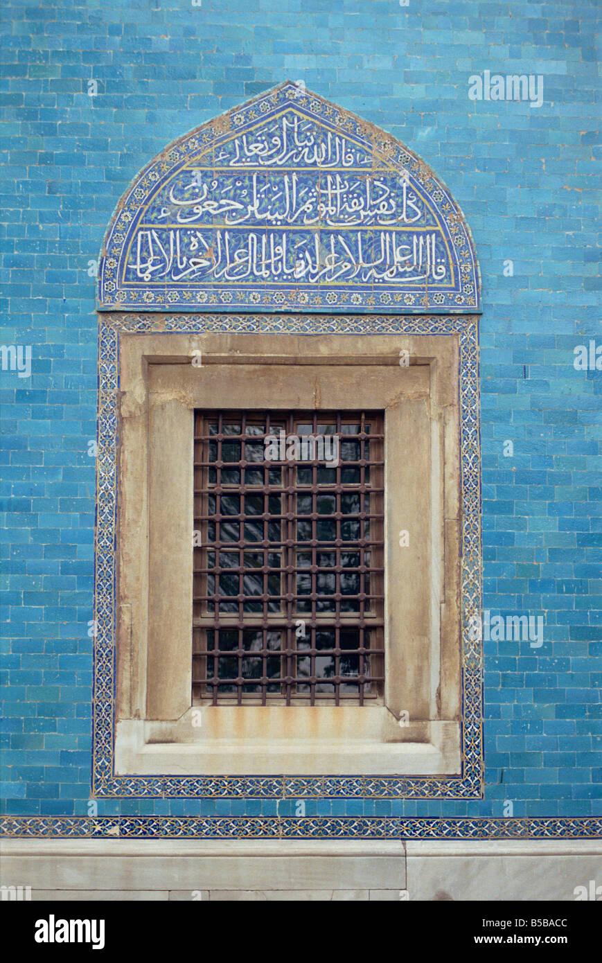 Detalle de la ventana con el alfabeto árabe en la azulejería de arriba, en la Mezquita Verde en Bursa, Imagen De Stock