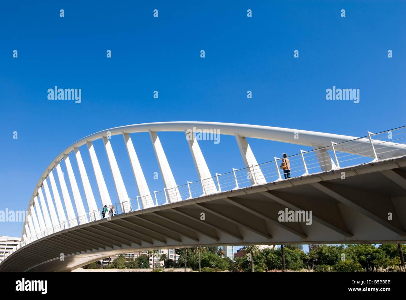 Puente de la Exposicion diseñada por el arquitecto Santiago Calatrava, en el antiguo cauce del Jardín Imagen De Stock