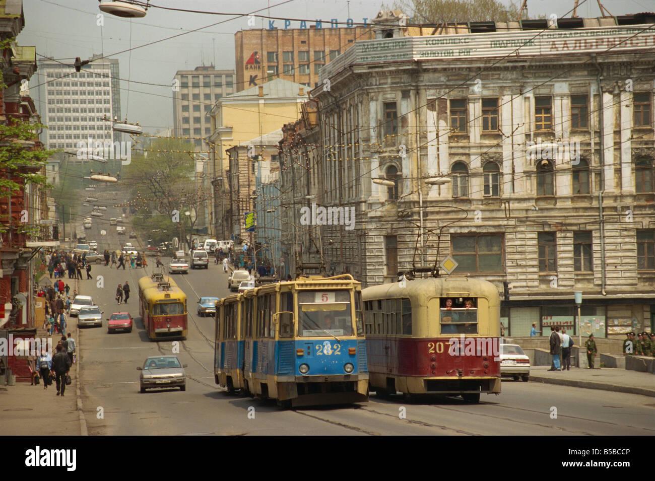 Tranvías en la calle Vladivostok Lejano Oriente ruso Rusia Europa Imagen De Stock