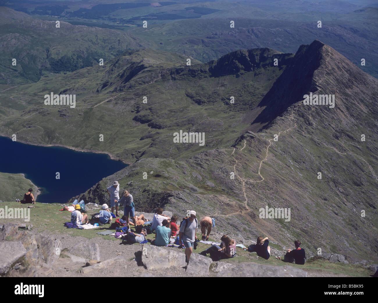 Caminantes rat la cumbre del monte Snowdon Llyn Llydaw depósito debajo, el Parque Nacional de Snowdonia, Gales del Foto de stock