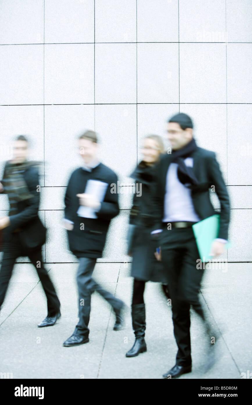 Asociados de negocios para caminar juntos hacia abajo acera Foto de stock