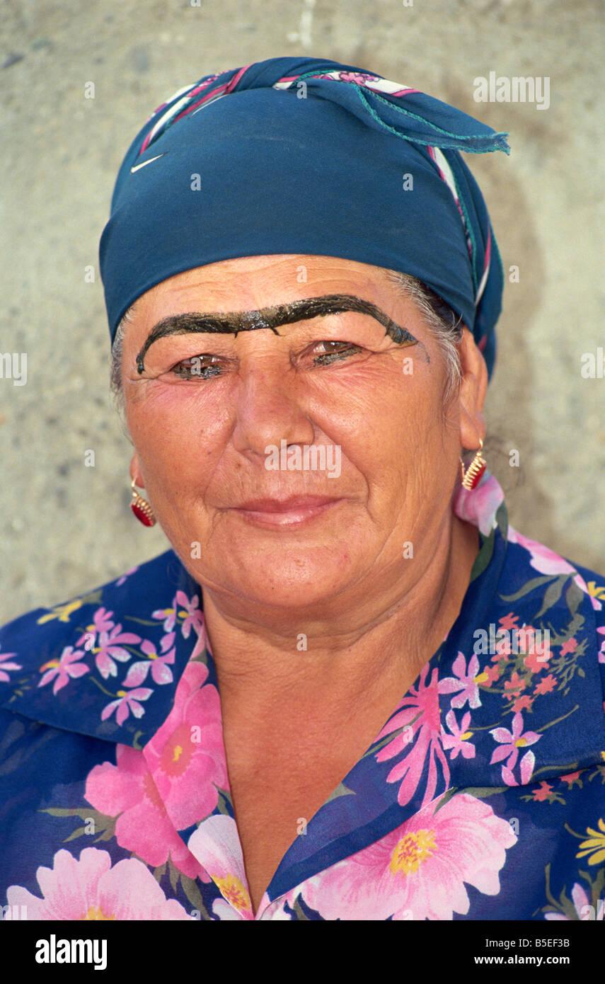 Mujer con unió las cejas, el principal mercado de alimentos, Samarcanda, Uzbekistán, en Asia Central Imagen De Stock