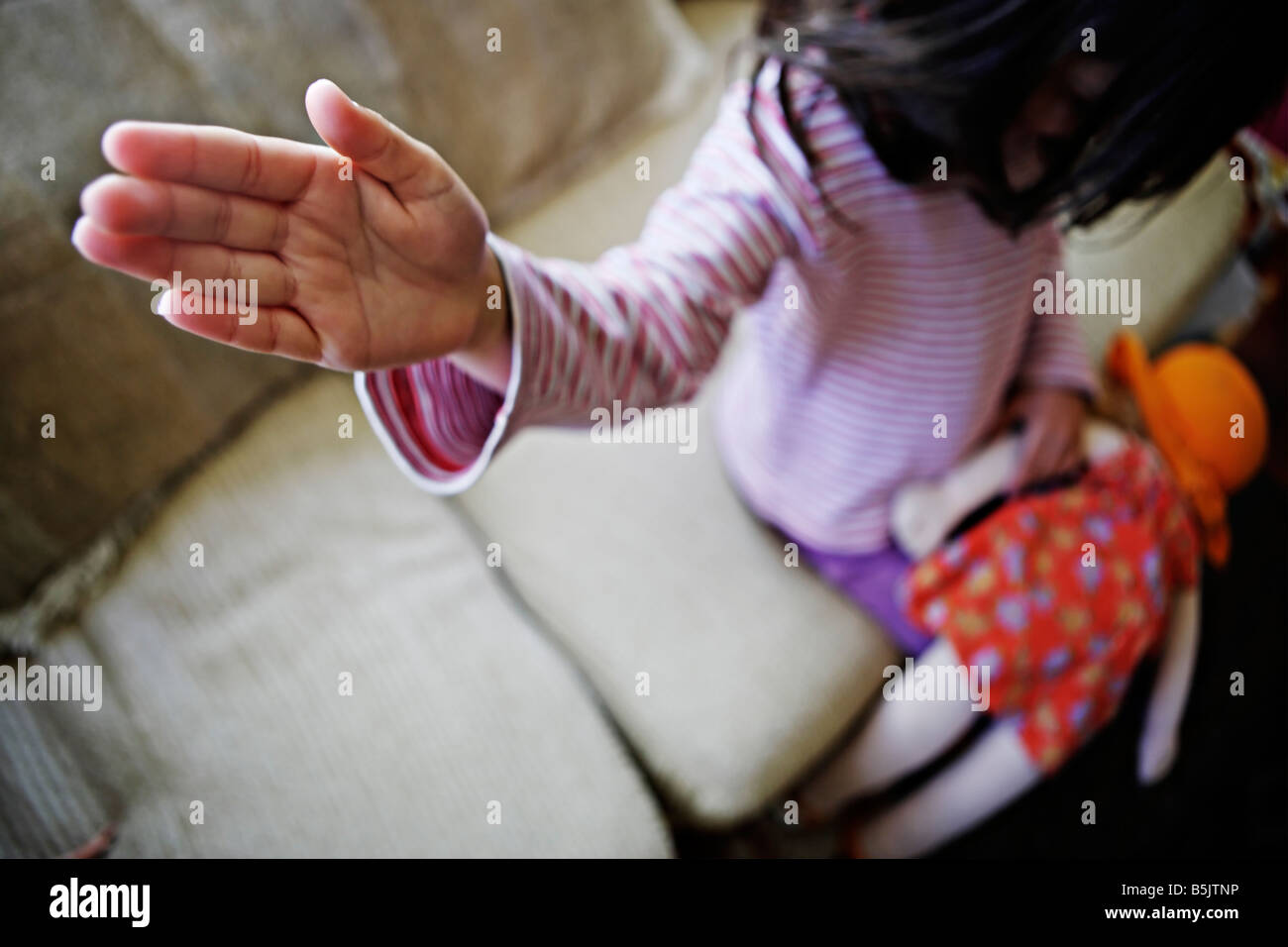 Cinco años de edad, niña huele doll Foto de stock