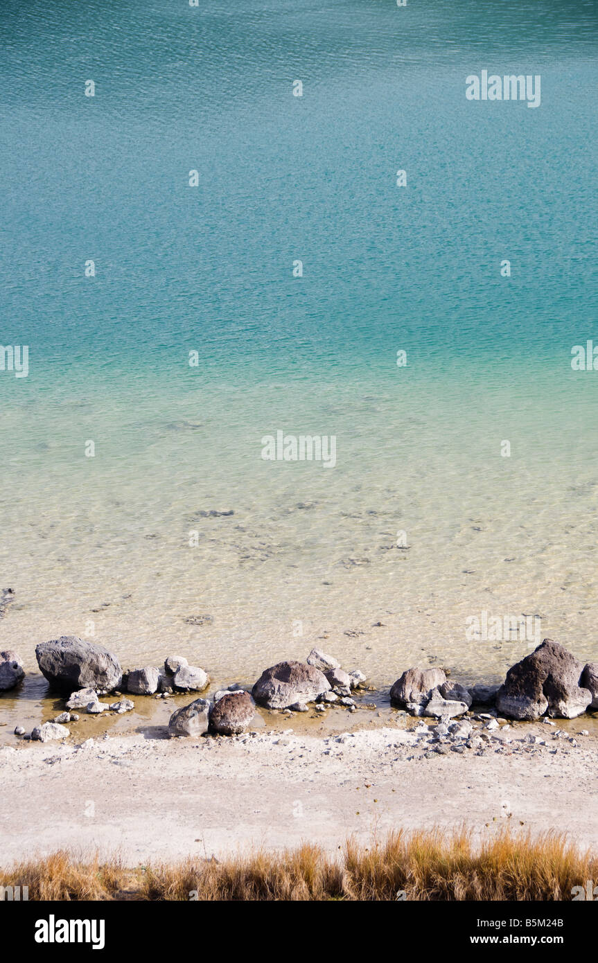 "La orilla del lago de 'Lago Specchio di Venere"" en la isla de Pantelleria, Sicilia, Italia. Imagen De Stock"