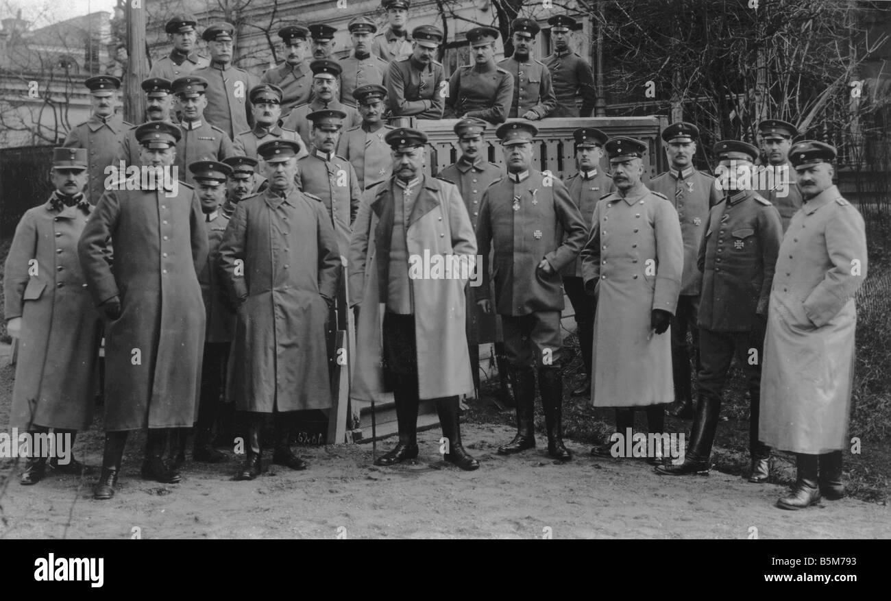 1 H73 F1916 13 Hindenburg y su personal Foto 1916 Paul von Hindenburg, el mariscal de campo General y Presidente Imagen De Stock