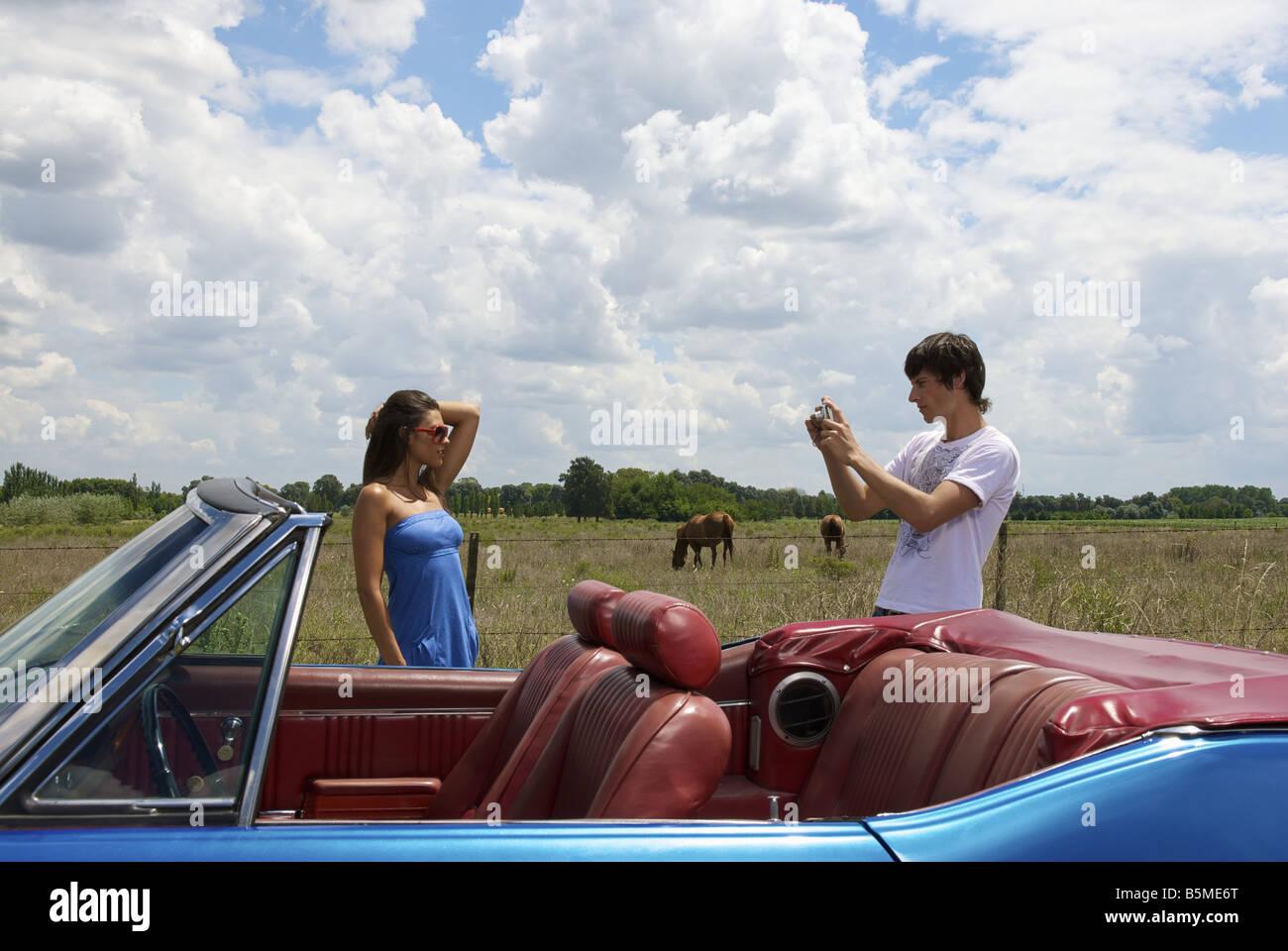 Una joven pareja toma de fotografías Imagen De Stock
