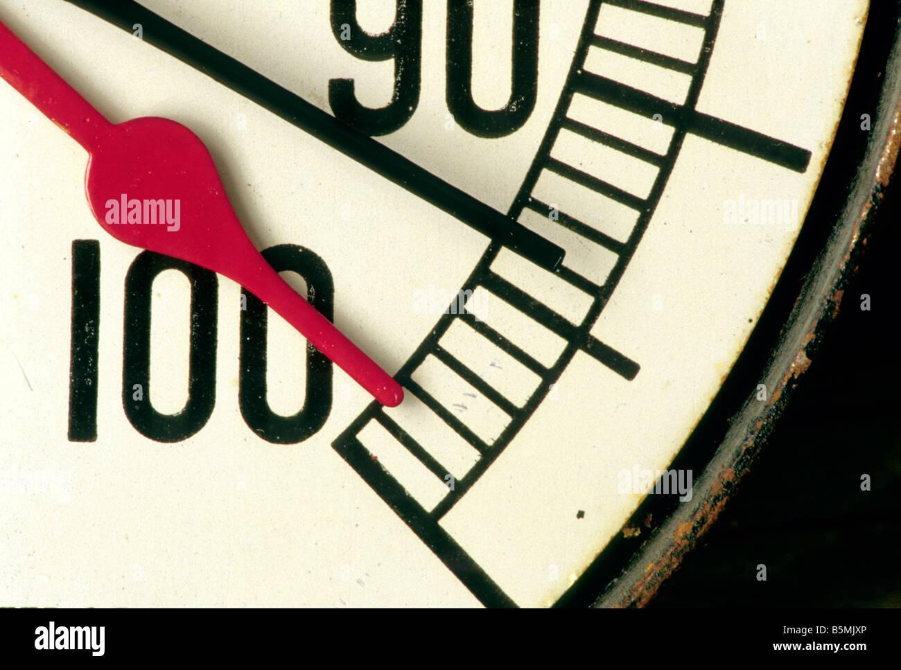 Calibrador de presión, indicadores de rojo y negro. Imagen De Stock