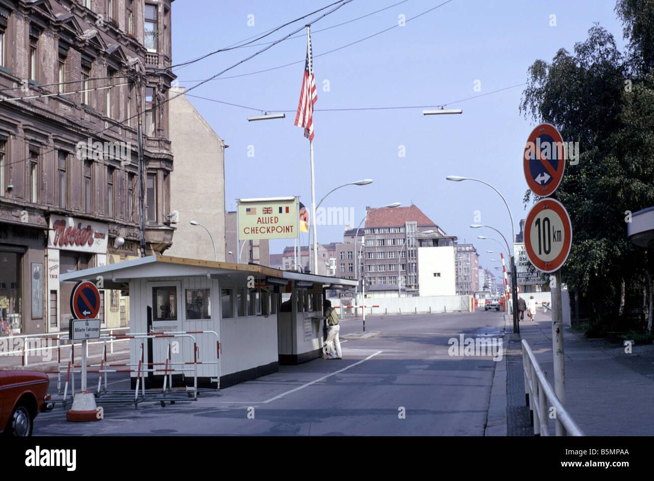 El Checkpoint Charlie en la Friedrichstrasse - muro de Berlín Verano 1975 Imagen De Stock
