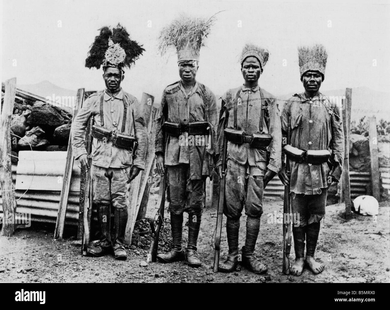 9AF1 1915 7 15 Una patrulla de Askari informa Guerra Mundial 1 guerra en las colonias de África Oriental Alemana Tanzania ahora una patrulla de Askari rep Foto de stock