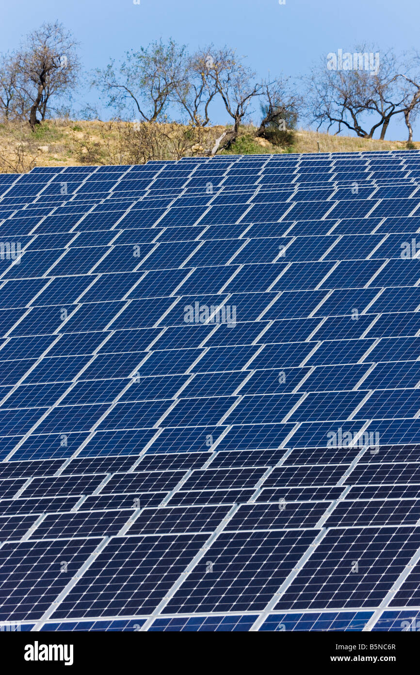 Fotovoltaicos o células solares utilizadas para recoger la energía solar, Casabermeja, España Imagen De Stock