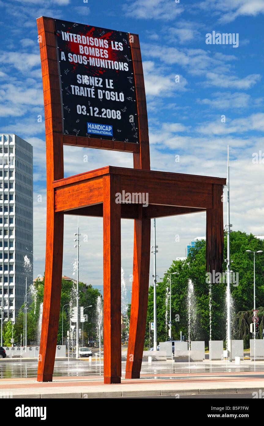 Acción por Handicap Internacional exigiendo la firma del tratado para la prohibición de las bombas de racimo en Oslo, Ginebra, Suiza Foto de stock